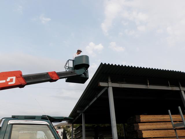 屋根裏にある蜂の巣は高所作業車で撤去